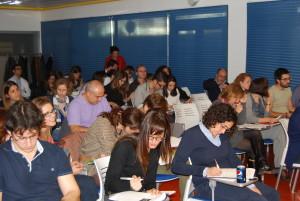 Aisitentes al curso-taller afanados en tomar notas de las charlas